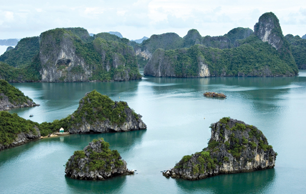As planned, the crew will be filming the King Kong on Ha Long Bay for 2 days, from 16, and17 March 2016. The selected location has not been disclosed, but the film screw will set up a studio like that in Quang Binh, which is only based on the natural landscape of Halong Bay.