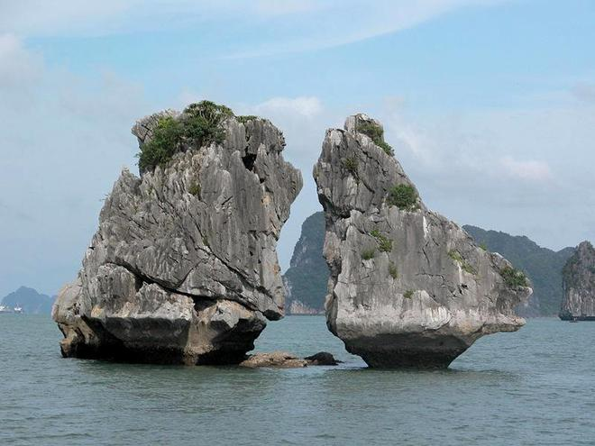 Most notably over the roof or Ga Choi island, has become one of the symbols of Ha Long Bay tourism in particular and Vietnam in general.