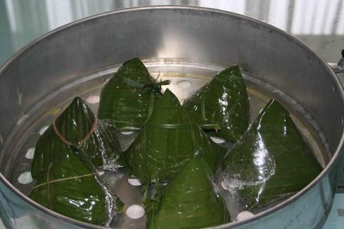 A tray of Banh Gio cakes