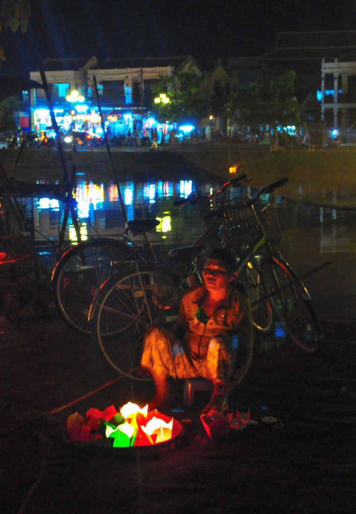 The mysterious sales people at night, Hoian