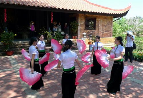 Thai people in Xoe dance