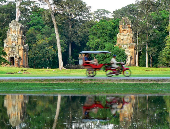 Traveling around Angkor by Remonk