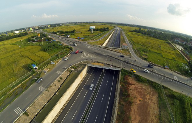 The second way is to go to the intersection of Highway 2 and the North Thang Long - Noi Bai Highway turn left into Highway 2, go straight about 0.5 km, turn right to enter the highway in the right branch of the intersections between the highway and Highway 2.