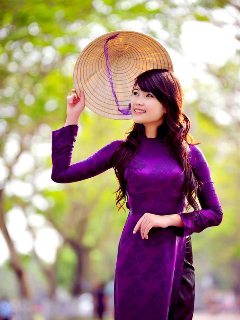 Vietnamese girl is beautifull in costumes Ao Dai and Non La