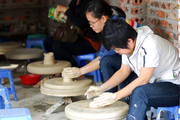 Children will have chance to make and paint the ceramic products when visiting Bat Trang Village