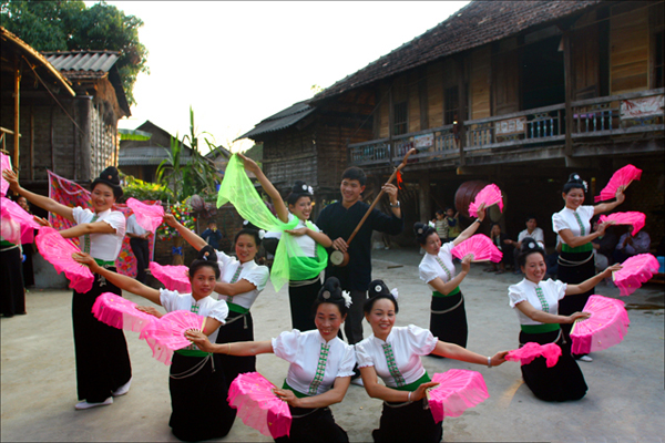 Thai people in traditional dance
