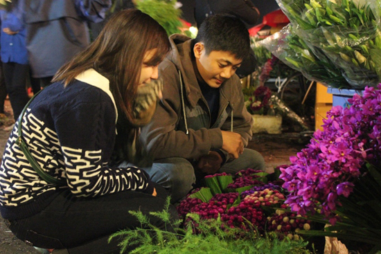 A Couple purchasing flowers at Quang Ba Flower Market
