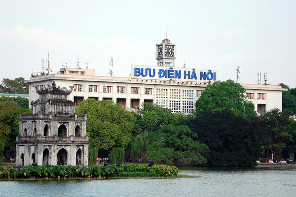 Hanoi Post Office is located on the bank of Hoan Kiem Lake