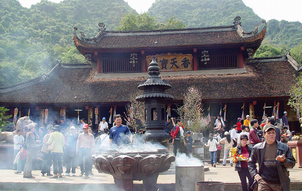 Visitors in Huong Pagoda Festival
