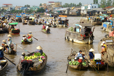 Fruit and vegetable sellers in Cai Be Floating Market