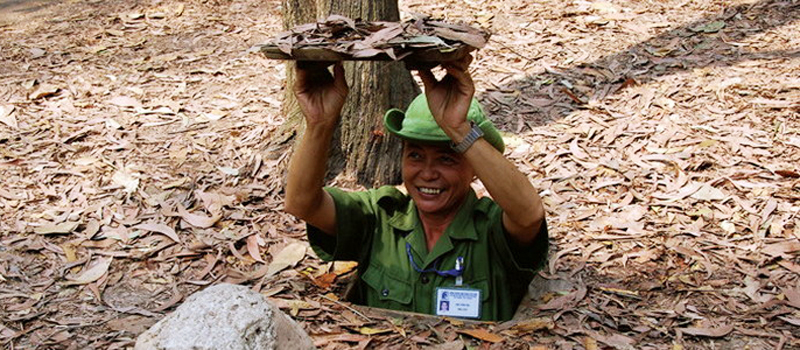 Guide show how to fet the entrance of Cu Chi Tunnels