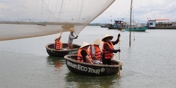Learn how to ride rounded bamboo basket boat in Hoi An