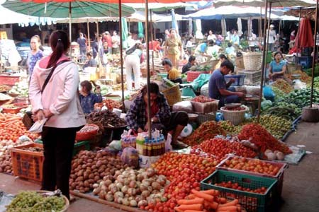 Vegetable sellers in Phousi Market