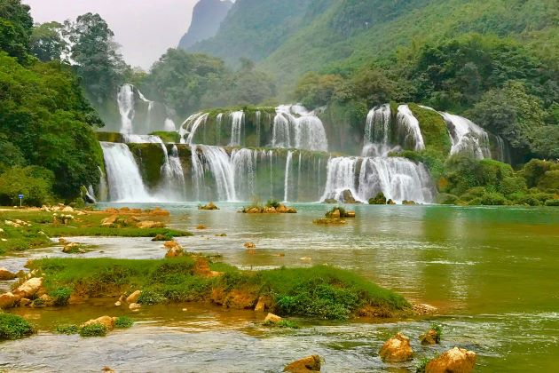 ban gioc waterfall in Cao Bang vietnam