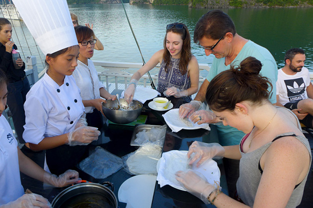 halong cooking demostration on cruise