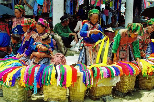 local market and people in sapa