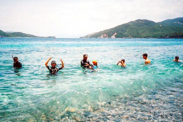 swimming at mun island nha trang