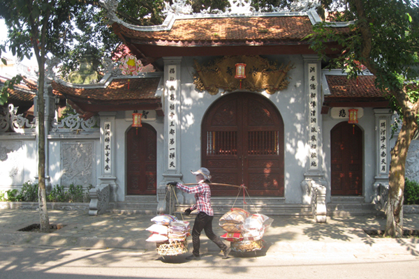 Hoe Nhai Pagoda on the bank of the Red River