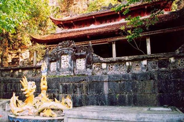 chua ha lower pagoda bich dong pagoda