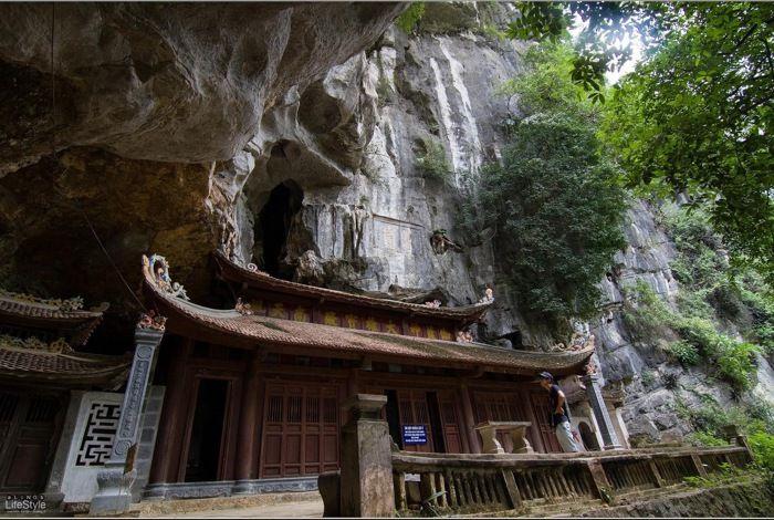 chua trung middle pagoda bich dong pagoda