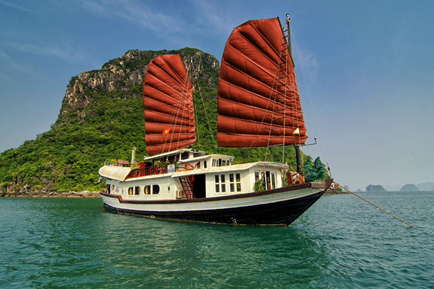 Going on a cruise trip in Halong Bay