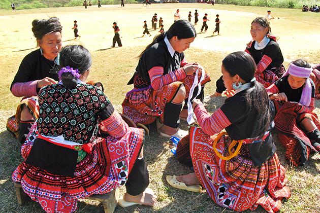 H'Mong ethnic group weaving cloth to make dress
