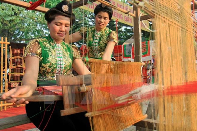 Thai women weaving cloths
