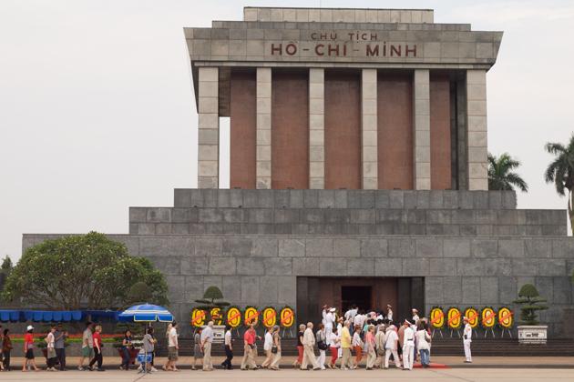 Tourists in queue to visit Ho Chi Minh Mausoleum