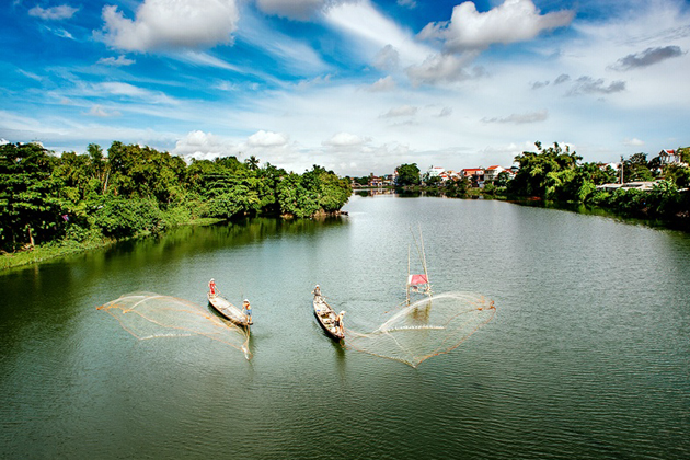 Local people casting fishing net in Perfume River