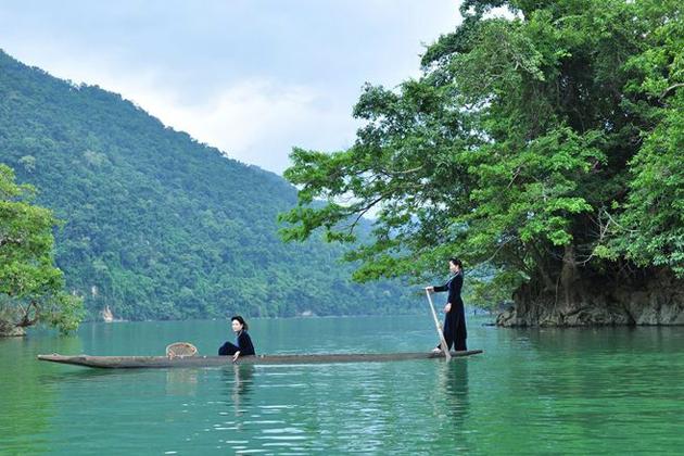 Tay ethnic boating along Ba Be Lake