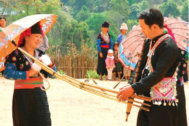 couple at sapa love market