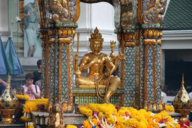 Buddha worshiping in Bangkok 12-day thailand cambodia tour