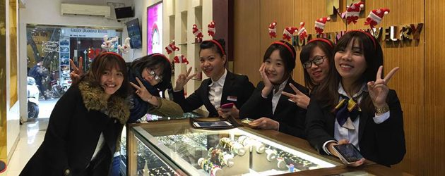Friendly staffs at Huy Thanh Jewelry Shop