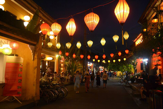 strolling around hoi an ancient town