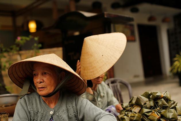 Old woman wear non la