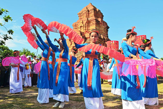 vietnamese traditional costumes of cham ethnic group