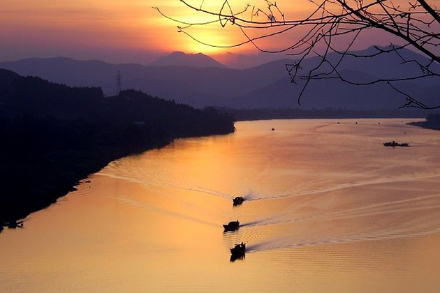 vong canh hill with view to perfume river vietnam tour in 15 days