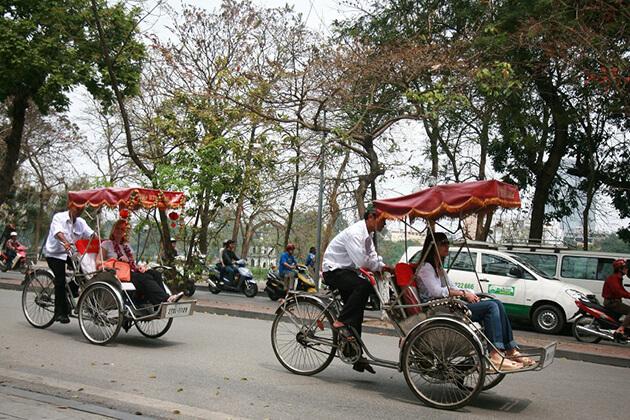 hanoi cyclo tour at hoan kiem lake