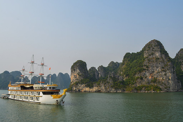 Cruise along Bai Tu Long Bay