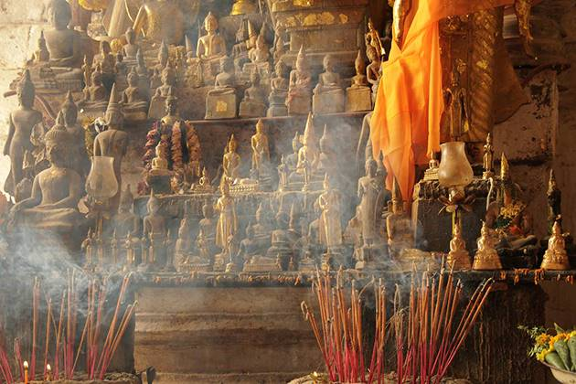 Incense burning offer to the Buddhas