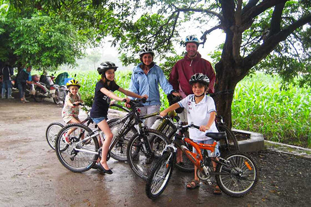family cycling tour in dong ngac village