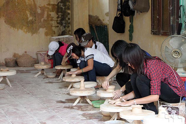 Try making ceramic products in Bat Trang village