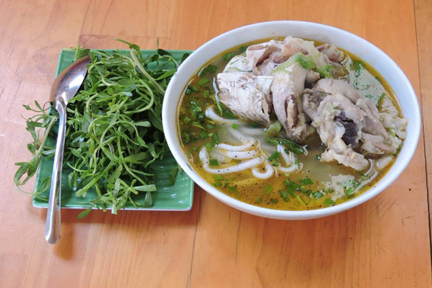 banh canh ca loc vietnamese noodle with snake-head fish vietnam food