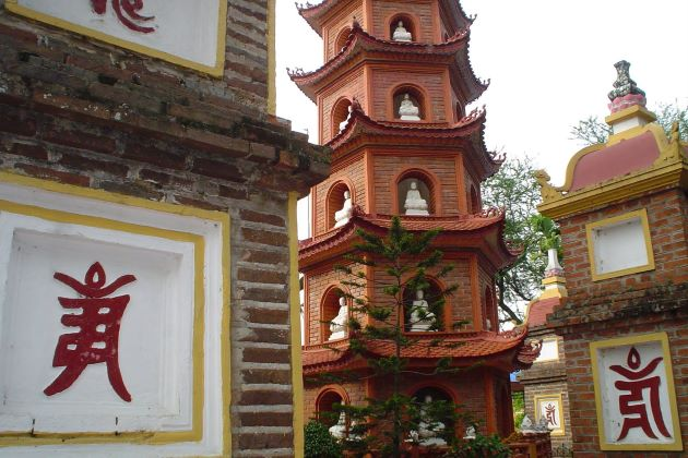tran quoc pagoda is the one of the most scared pagodas in hanoi