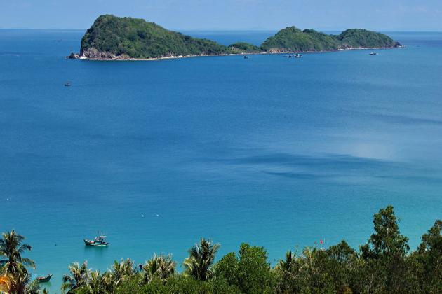 explore the pristine beach in nam du island