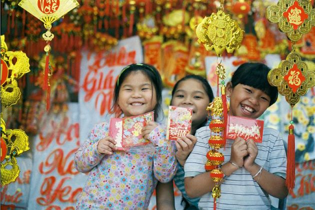 happy children for receiving lucky money on tet holiday