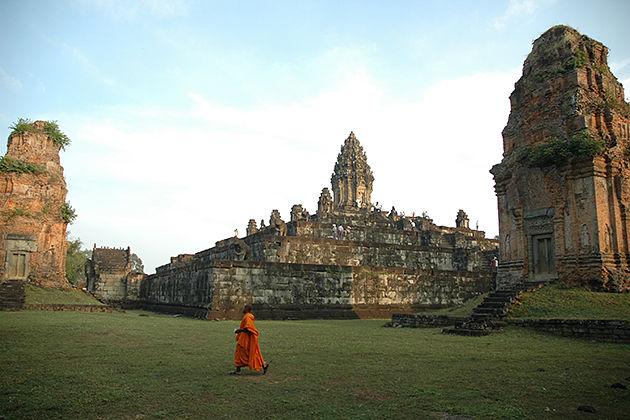 explore bakong temple angkor wat of vietnam cambodia laos tour packages