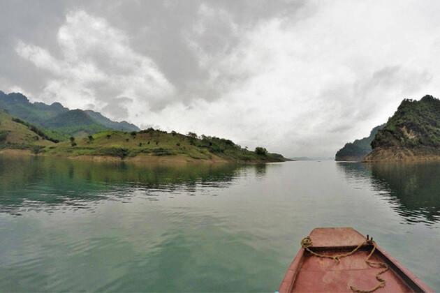 boat trip in hoa binh lake