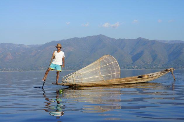 leg-rowing fishermen in inle lake myanmar