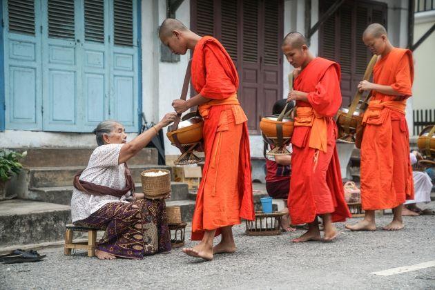 morning alms giving in luang prabang